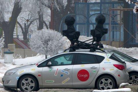 Carros equipados con equipos fotográficos parquedos frente del hotel Riga.