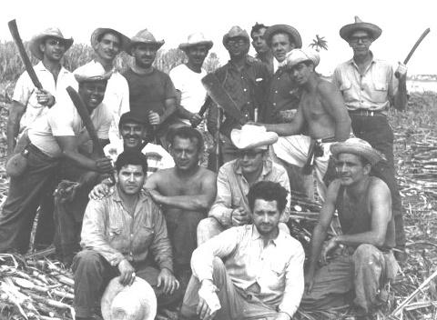 Mi padre el primero de la izquierda, sentado, Graña sin camisa, con sus dos manos en los hombros de mi padre.