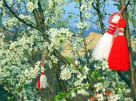 foto de martenitza en un árbol