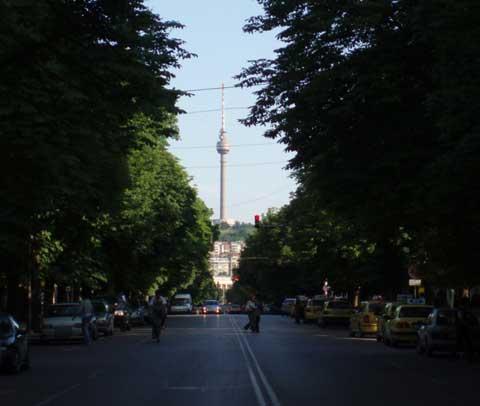 Vista de la torre de TV de Ruse desde el comienzo de la calle Borísova.